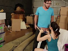 Skinny babe Sarah Shevon drops on their way knees concerning please his cock